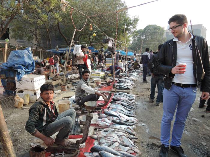 Serviceplan-Praktikant Philip Jeschko am Fischmarkt in Gurgaon - © Andreas Wochenalt